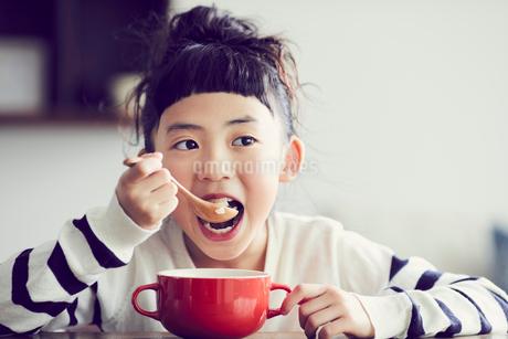 食事をする女の子の写真素材 [FYI02066793]