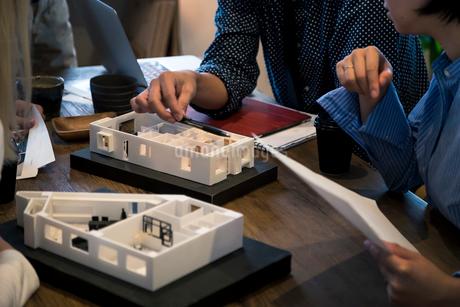 建築模型を使ったミーティングの写真素材 [FYI02066804]