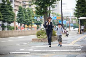 一緒に歩く男の子と母親の写真素材 [FYI02066808]