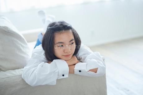 ソファでくつろぐ10代の女の子の写真素材 [FYI02066815]