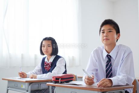 授業を受ける中学生男女の写真素材 [FYI02066817]