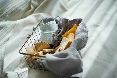 籠の中のパンとカップの写真素材 [FYI02066823]