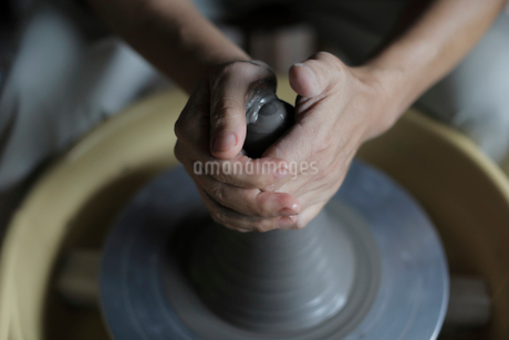 陶芸をする男性の手元の写真素材 [FYI02066829]