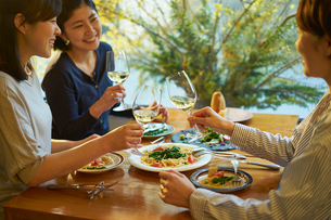 食事をする女性3人の写真素材 [FYI02066831]