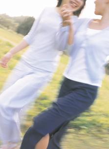 草原を歩く女性2人の写真素材 [FYI02066838]