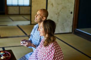 浴衣姿で日本酒を楽しむ外国人カップルの写真素材 [FYI02066842]