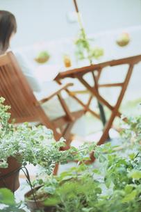 ガーデンテーブルでリラックスする女性の写真素材 [FYI02066873]