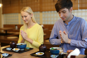 和食を食べる外国人カップルの写真素材 [FYI02066876]