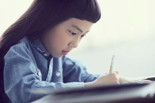 勉強する女の子の写真素材 [FYI02066888]