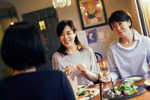 レストランで食事をする女性3人の写真素材 [FYI02066893]