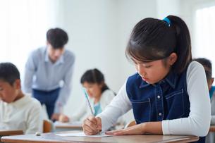授業を受ける女の子の写真素材 [FYI02066894]