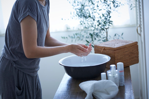 洗顔する女性の写真素材 [FYI02066896]