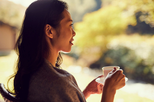 コーヒーを飲むミドル女性の横顔の写真素材 [FYI02066906]