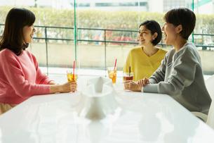 カフェで談笑する女性3人の写真素材 [FYI02066911]