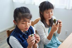 おにぎりを食べる女の子2人の写真素材 [FYI02066931]