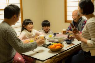 こたつで食事をする家族の写真素材 [FYI02066935]