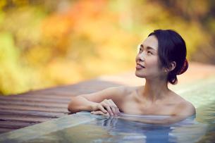 露天風呂に入浴するミドル女性の写真素材 [FYI02066942]