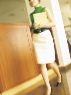 ファイルを持つビジネスウーマンの写真素材 [FYI02066961]