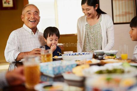 食事をする三世代家族の写真素材 [FYI02066964]