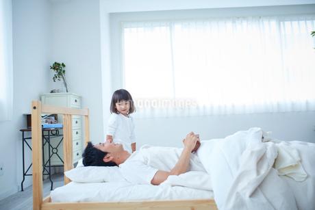 父親を起こす女の子の写真素材 [FYI02066973]