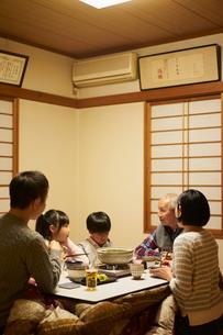 こたつで食事をする家族の写真素材 [FYI02066974]