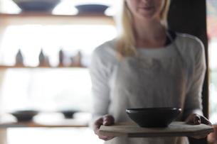 陶芸作品を持つ外国人女性の写真素材 [FYI02066978]