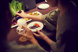 食事をする浴衣姿のミドル夫婦の写真素材 [FYI02066985]
