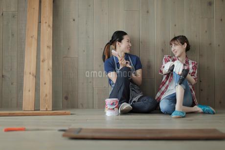 DIYの途中で休憩する女性2名の写真素材 [FYI02066987]