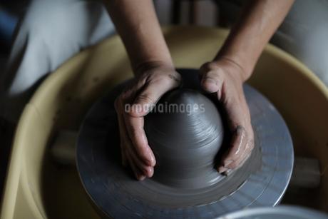 陶芸をする男性の手元の写真素材 [FYI02066991]