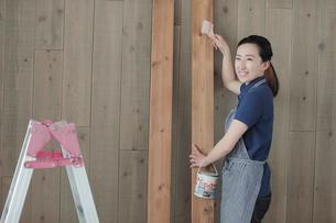 DIYを楽しむ女性の写真素材 [FYI02066999]