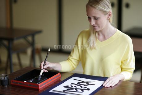 書道をする外国人女性の写真素材 [FYI02067001]