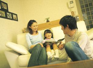 リビングの家族3人の写真素材 [FYI02067013]