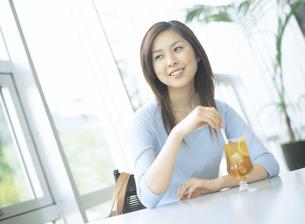 カフェでアイスティーを飲む女性の写真素材 [FYI02067024]