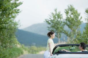 車とカップルの写真素材 [FYI02067037]