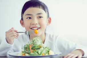 サラダを食べる女の子の写真素材 [FYI02067069]