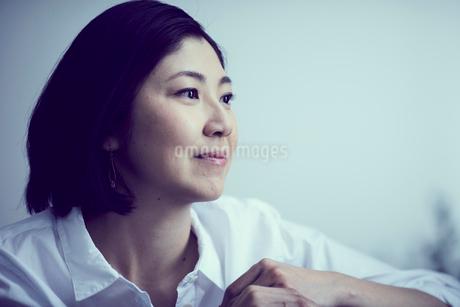 女性の横顔の写真素材 [FYI02067077]