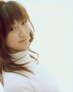 白いセーターの女性アップの写真素材 [FYI02067105]