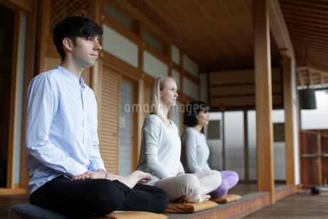 座禅をする外国人3人の写真素材 [FYI02067108]
