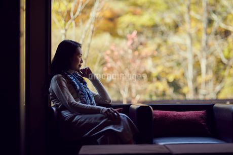 宿のラウンジでくつろぐミドル女性の写真素材 [FYI02067116]