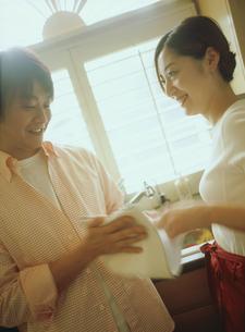 キッチンのカップルの写真素材 [FYI02067122]