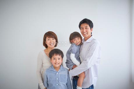 4人家族のポートレートの写真素材 [FYI02067153]