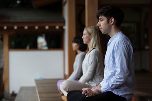 座禅をする外国人3人の写真素材 [FYI02067162]