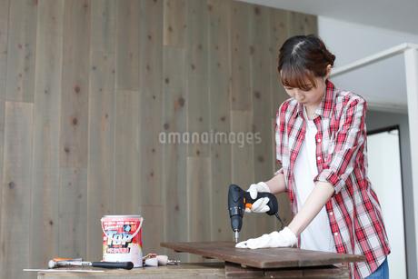 DIYを楽しむ女性の写真素材 [FYI02067166]