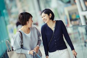 ショッピングを楽しむ女性2人の写真素材 [FYI02067176]