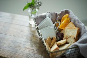 籠の中のパンとカップの写真素材 [FYI02067178]