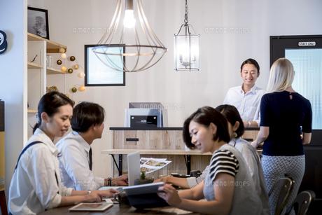 ミーティングをする外国人と日本人の写真素材 [FYI02067185]