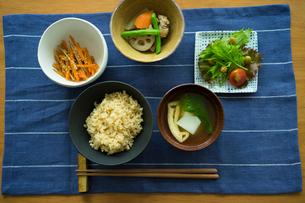 玄米ご飯の朝食の写真素材 [FYI02067193]