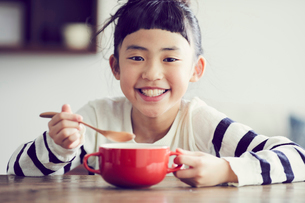 食事をする女の子の写真素材 [FYI02067194]