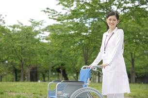 車椅子と女性介護士の写真素材 [FYI02067208]