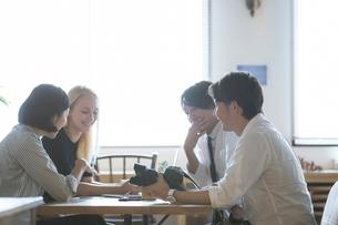 ミーティングをする外国人と日本人の写真素材 [FYI02067214]